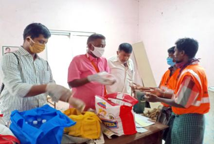 VK Madurai Karyakarthas distributing food packets to Corporation Sanitation Workers, Thiruparankundram.