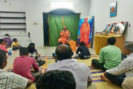 Swami Tatprabananda Ji Maharaj giving lecture at Viveka Vijayam Program, Madurai.